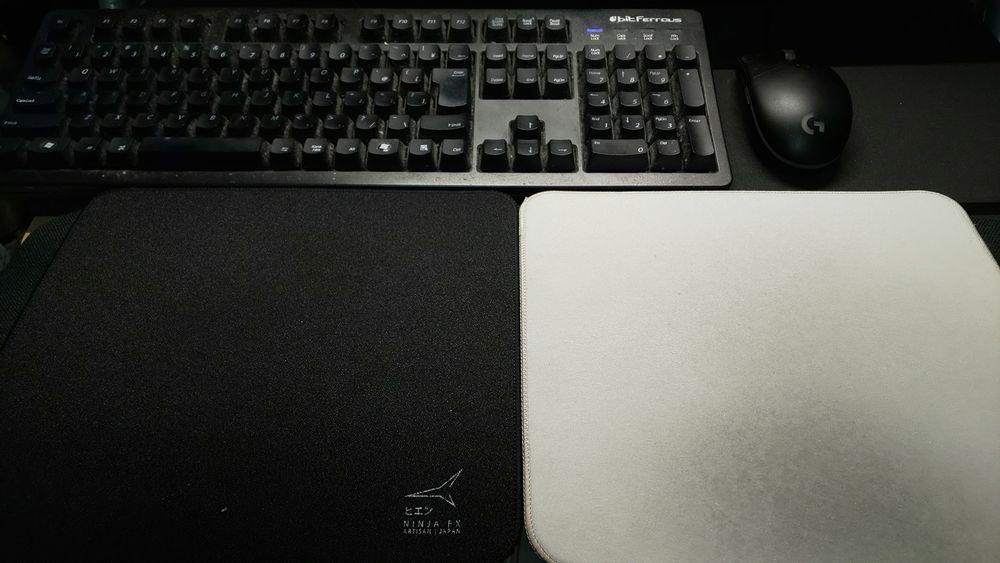 ヒエンとシデンカイを並べた。奥はキーボードとマウス